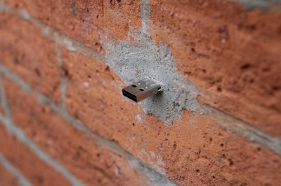 Une clé USB dead drop (Aram Bartholl – Flickr)
